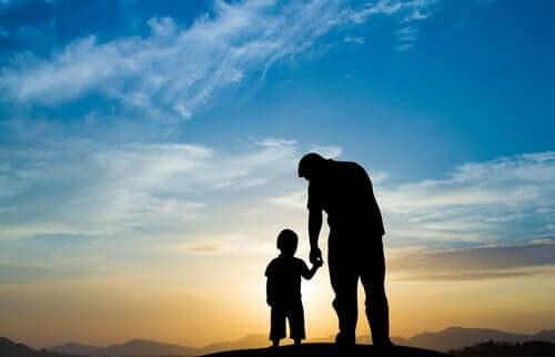 Far och son i solnedgången.