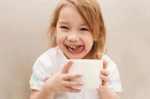 Flicka dricker kaffe
