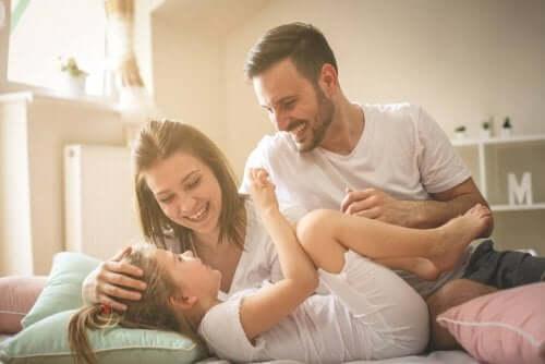Föräldrar skrattar tillsamans med sitt barn.