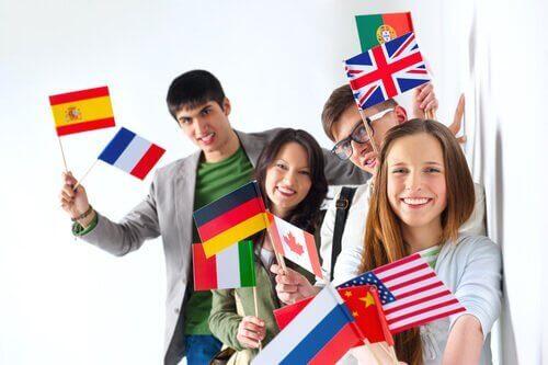 Ungdomar med olika flaggor.
