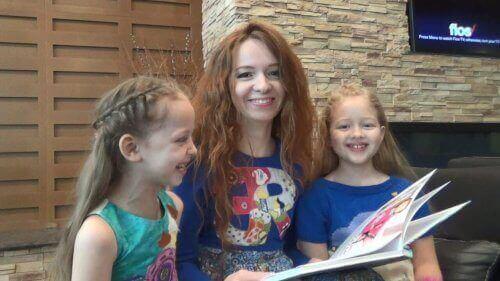 En mamma läser tillsammans med sina barn.
