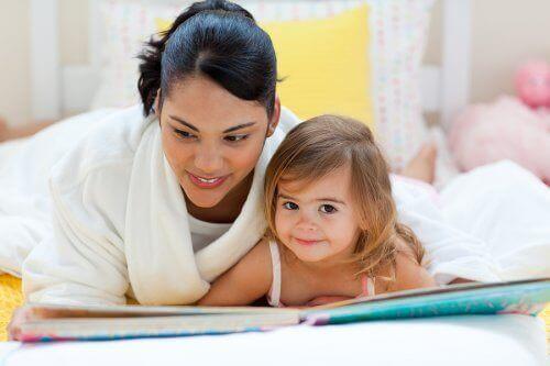 Mamma och dotter läser bok.