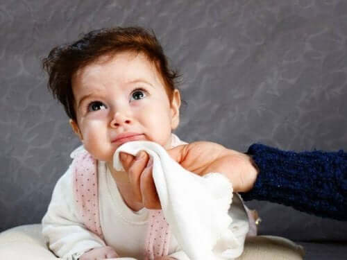 Bebis med näsduk