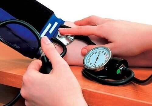 Mätning av högt blodtryck.