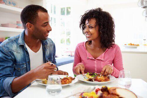 Par delar en intim middag tillsammans.