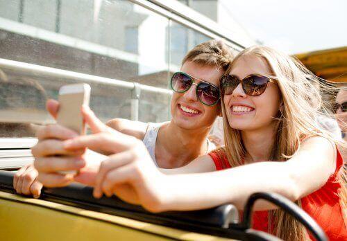Par tar selfie med mobiltelefon.