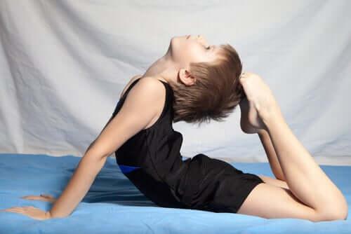 En pojke som utövar konstnärlig gymnastik.