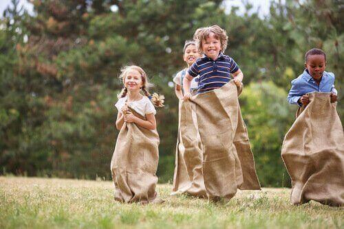 Barn på barnkalas hoppar säck.