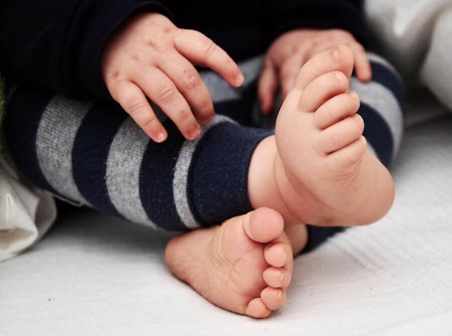 baby med fötterna vända inåt