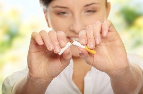 kvinna tar sönder cigarett