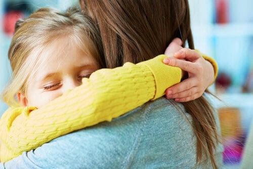 överdriven eftergivenhet: mamma kramar barn