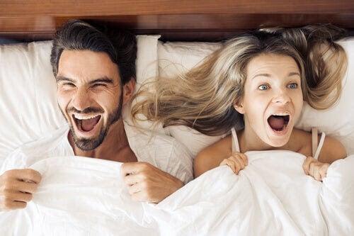 sex efter förlossningen: par i säng