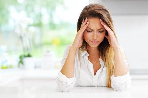 Anemi under graviditeten: kvinna lutar huvudet i händerna och ser trött ut