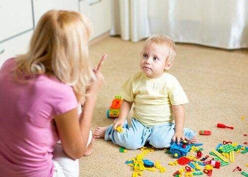 mamma förmanar litet barn