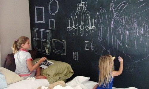 barn som ritar på väggarna