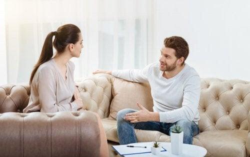 kommunicera med din partner: man och kvinna diskuterar
