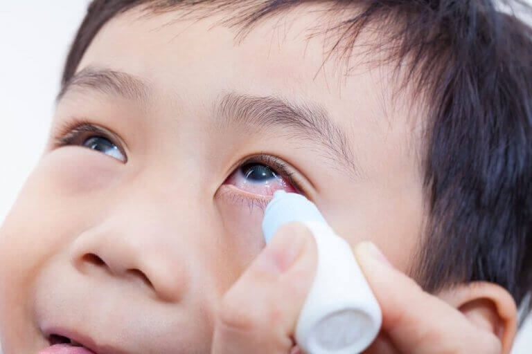 Barn som får ögondroppar.