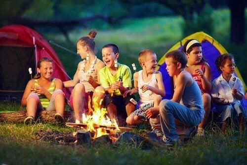 Barn som grillar mashmallows.