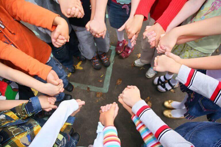 Barn som håller hand i ring.