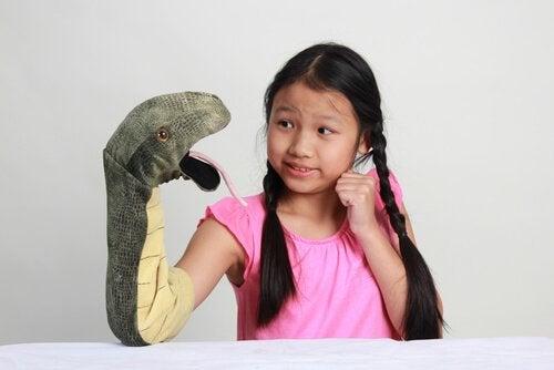 Flicka med orm.