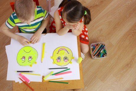 Pojke och flicka som ritar sekundära känslor