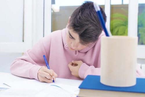 Pojke som skriver kreativt.