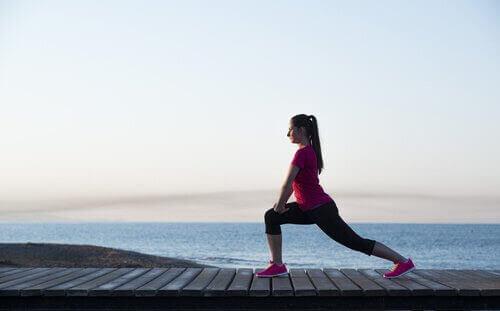 övningar för att stärka benen: kvinna gör ett utfall