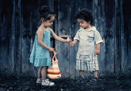 lära barn om jämlikhet: barn leker tillsammans