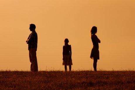 kvinna och man vända från varandra med barn i mitten