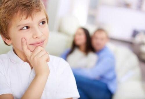 preoperationellt tänkande: pojke ser tankfull ut