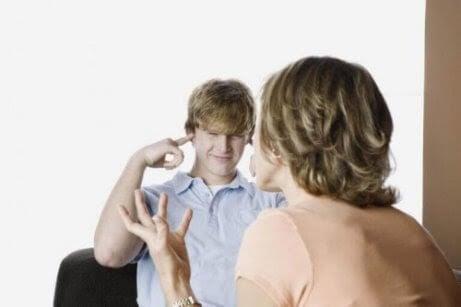 5 tecken på tonårsuppror och hur man svarar på det