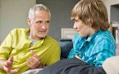 pappa pratar med tonåring