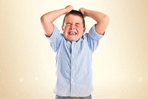 pojke som har ett raseriutbrott