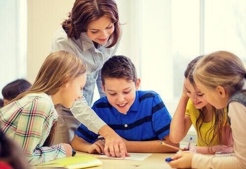 lärare hjälper elever
