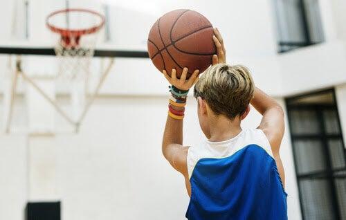 barn spelar basket