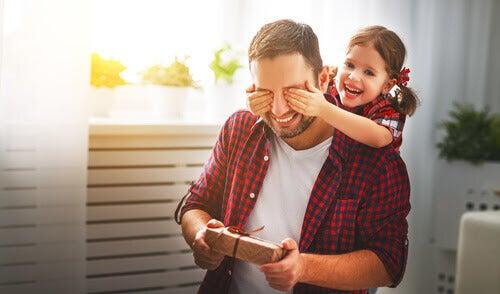 Interpersonell intelligens: dotter håller för ögonen på pappa