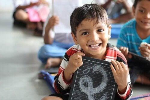 barn i skolmiljö med tilltro till sin egen förmåga
