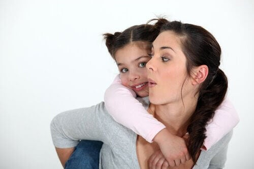 Au pair med barn på ryggen
