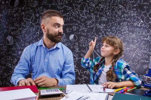 kumonmetoden: lärare tittar på elev med handen i luften