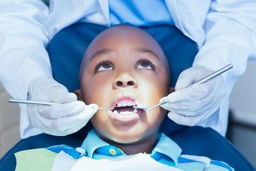 Hur man hjälper sina barn att övervinna sin rädsla för tandläkaren