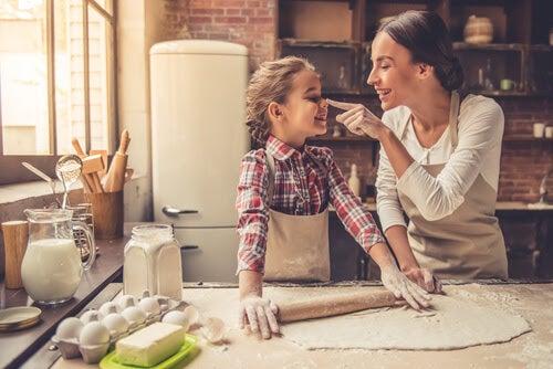 mamma och dotter laga mat tillsammans