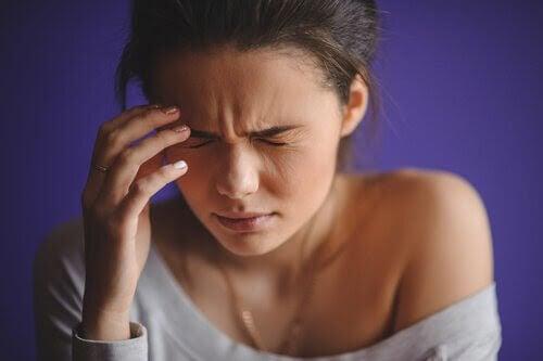arteriell hypertension: kvinna med huvudvärk