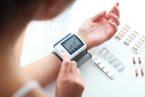 kvinna mäter blodtryck