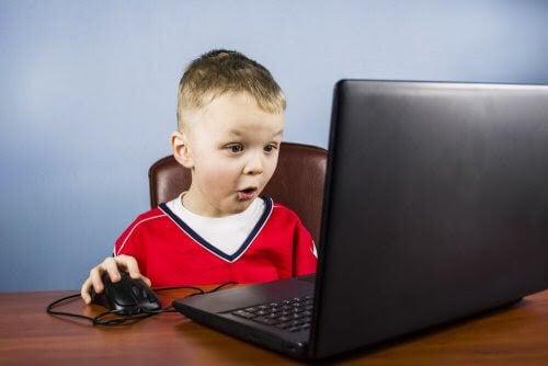 barn spelar videospel