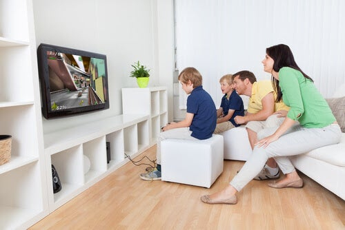 familj spelar videospel