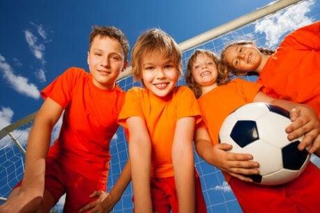 barn med fotboll