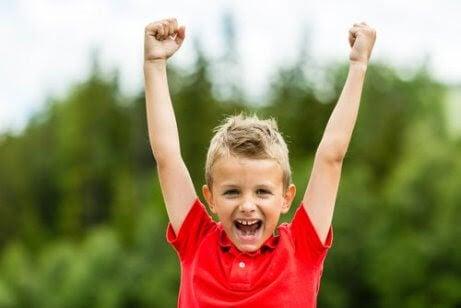 pojke med gott självförtroende gör segergest