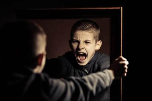 Gruppboende för tonåringar med beteendeproblem: pojke skriker mot sin spegelbild