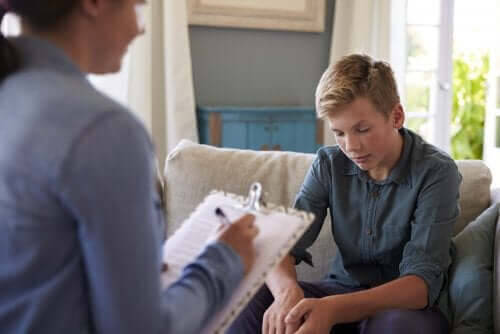 pojke pratar med psykolog