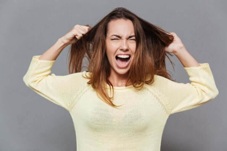 kvinna visar ilska